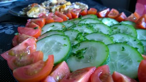 Gurken und Tomaten, dazu Rührei